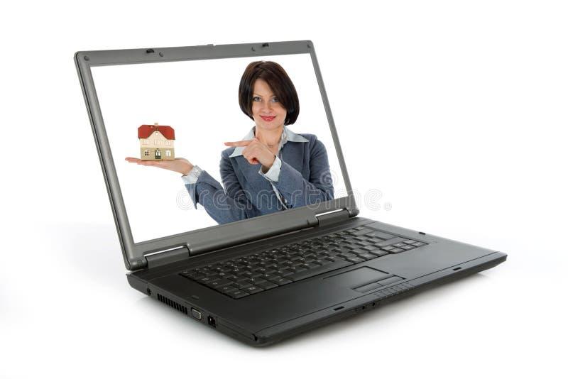De bedrijfs vrouw adverteert onroerende goederen stock foto