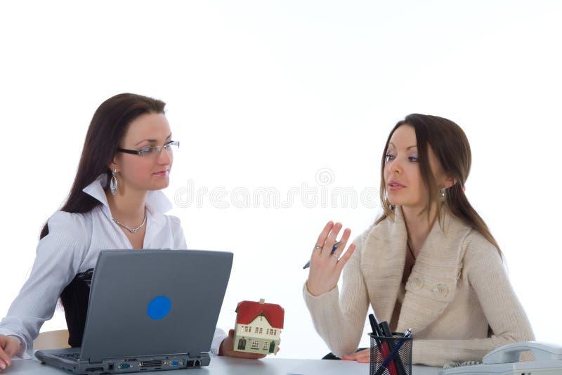 De bedrijfs vrouw adverteert onroerende goederen op wit royalty-vrije stock afbeeldingen