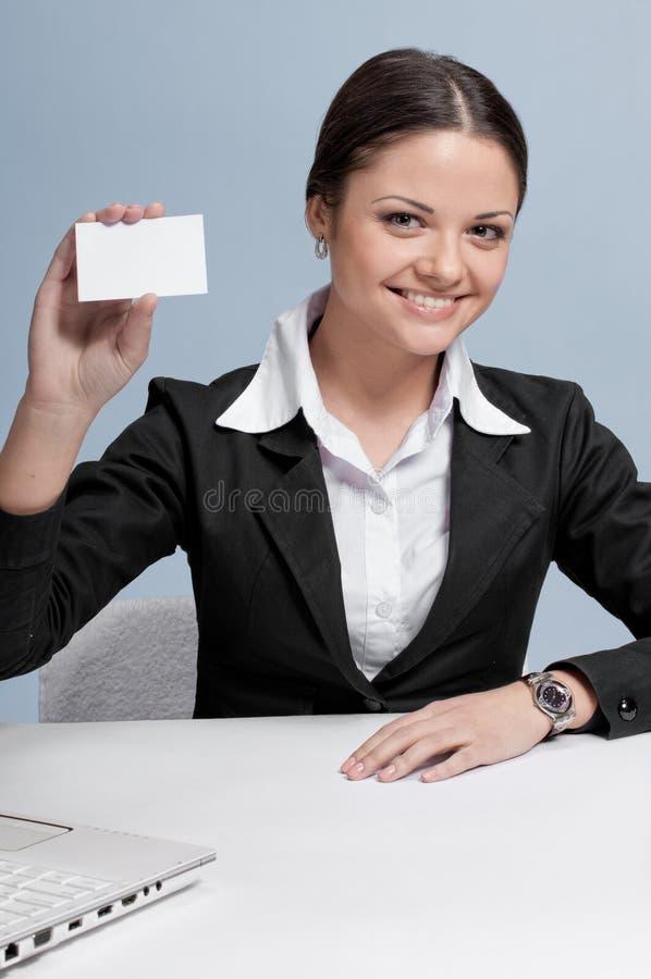 De bedrijfs vrouw in bureauplaats toont witte kaart stock foto's