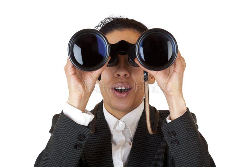 De bedrijfs vrouw kijkt door verrekijkers stock fotografie