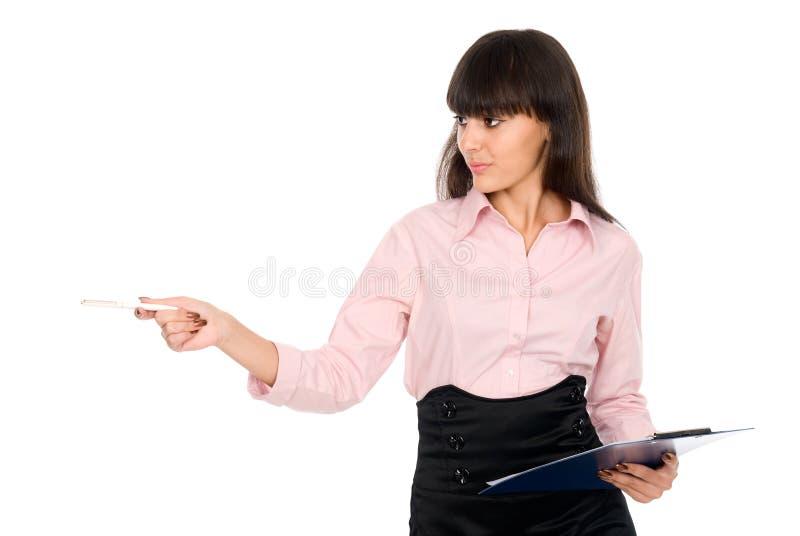 De bedrijfs vrouw met een klembord toont opzij pen royalty-vrije stock foto's