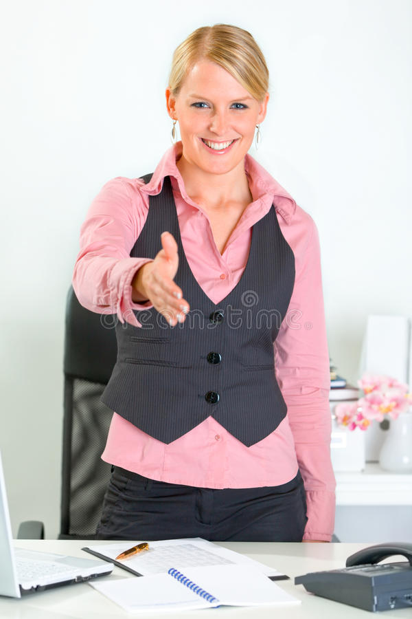 De bedrijfs vrouw rekt uit hand voor handdruk uit stock fotografie