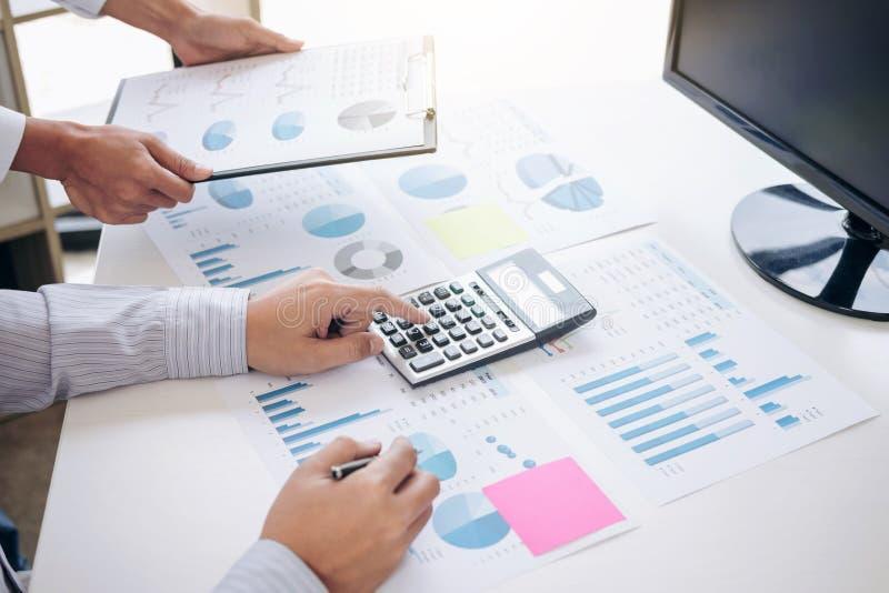 De bedrijfsaccountant of de bankier, partner berekent en stock afbeeldingen