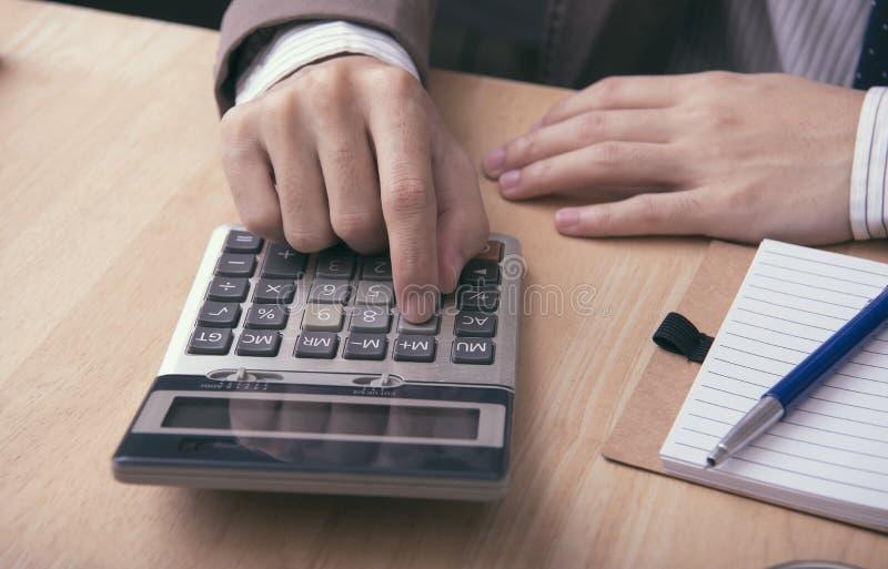 De bedrijfsaccountant met calculator voor berekent financieel royalty-vrije stock foto
