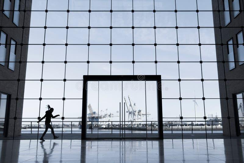 De bedrijfsbouw in Hamburg met grote vensters en een mening van de beroemde haven stock foto