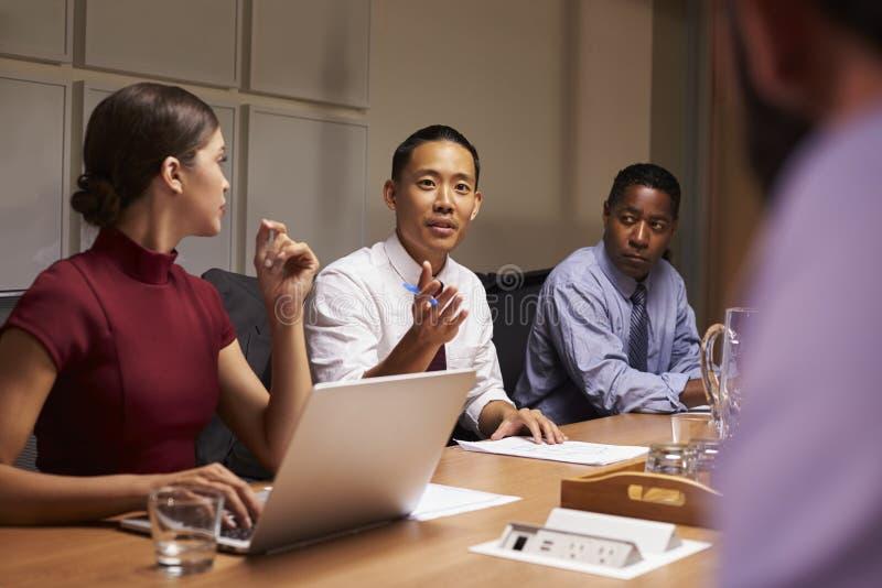De bedrijfscollega's in bespreking op een vergadering, sluiten omhoog royalty-vrije stock afbeelding