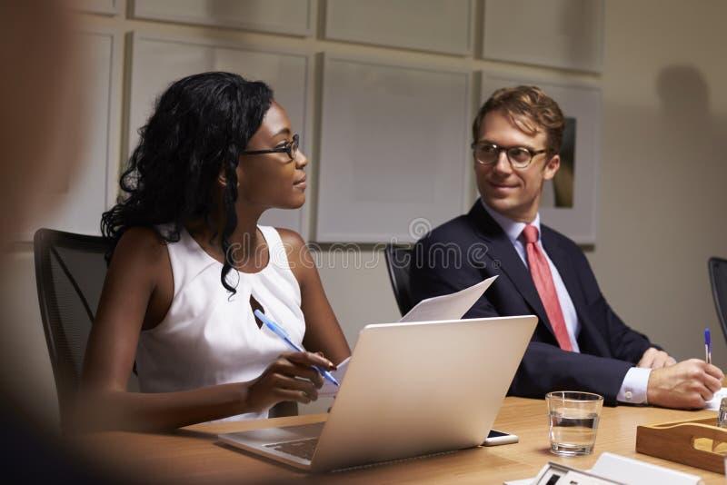 De bedrijfscollega's die op bestuurskamervergadering luisteren, sluiten omhoog royalty-vrije stock afbeeldingen