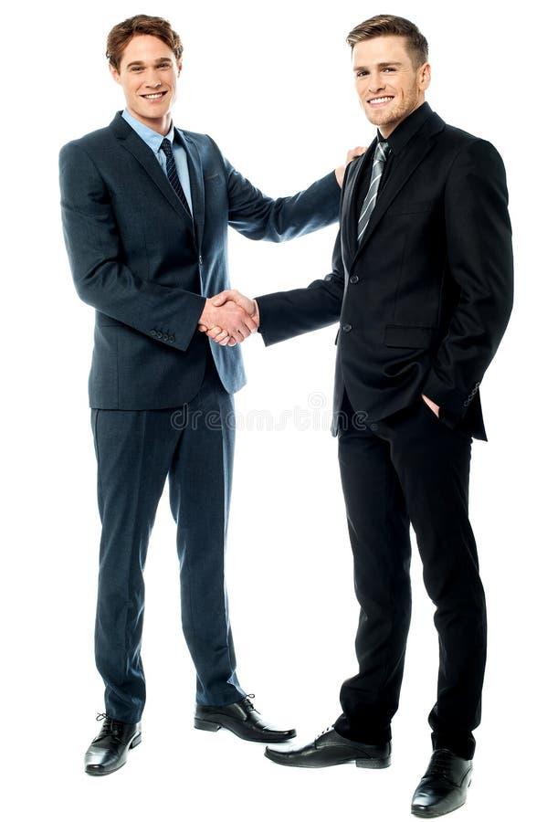 De bedrijfscollega's zijn nu partners stock afbeeldingen