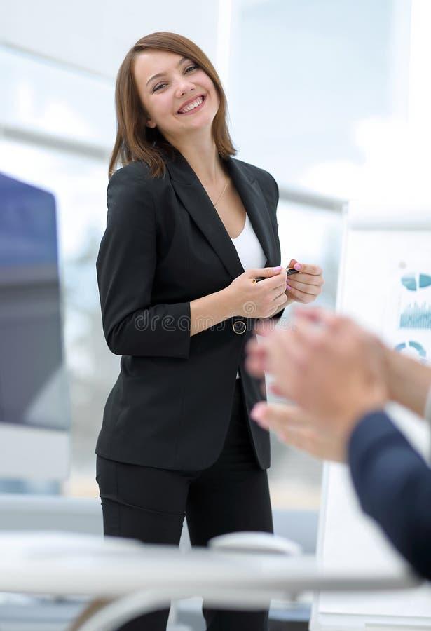 De bedrijfsdame brengt verslag over de bedrijfspresentatie uit stock foto