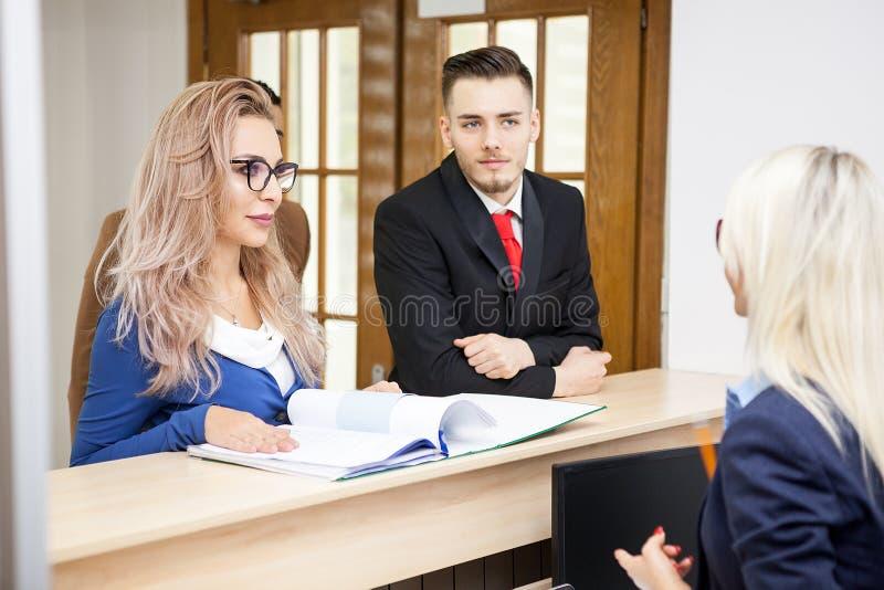 De bedrijfsdame in het wachten bekijkt secretaresse stock foto