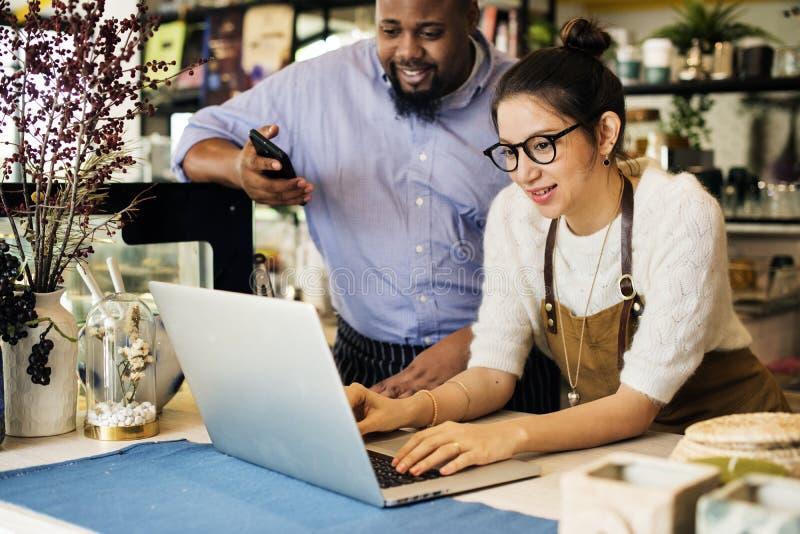 De bedrijfseigenaar gebruikt laptop stock fotografie