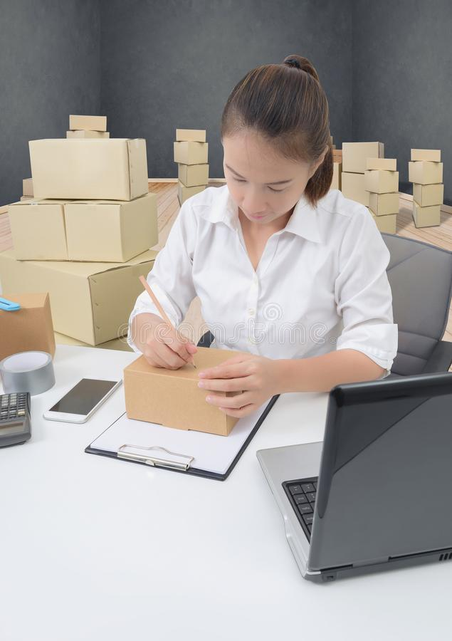 De bedrijfseigenaarvrouw die online het winkelen werken bereidt product voor pac stock foto