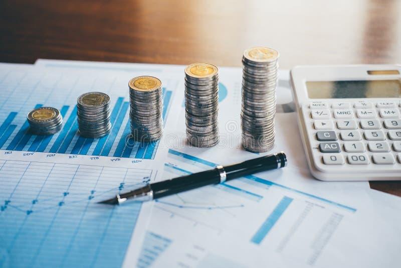 De bedrijfsfinanci?n met rapportdocument, die muntstukken stapelen voor voeren groeiende zaken aan winst en het sparen met rijkdo stock afbeeldingen