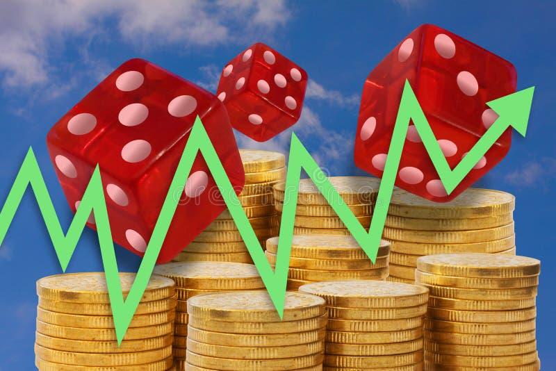 De bedrijfsgrafiek met pijl het uitgaan op achtergrond van gouden geldstapels en het rollen dobbelt het tonen van het gokken met  royalty-vrije illustratie