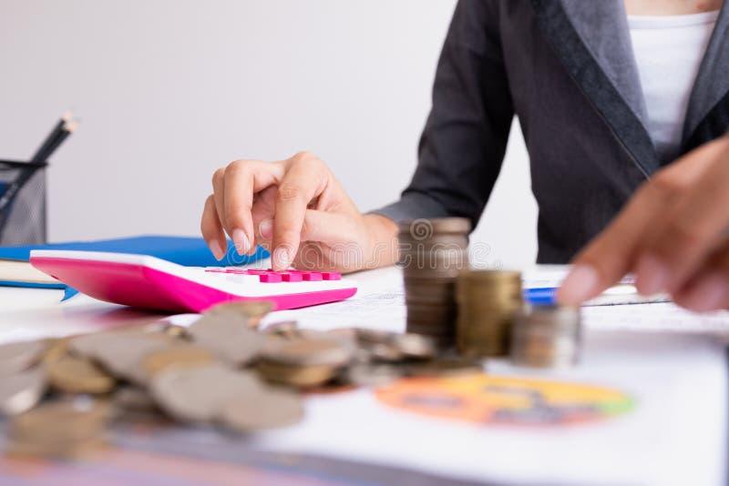 De bedrijfsmens berekent over kosten en het doen van financiën op kantoor, royalty-vrije stock afbeelding