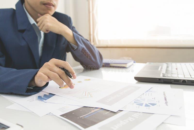 De bedrijfsmens berekent over kosten en het doen van financiën op kantoor, financiert managerstaak, Conceptenzaken en financiert  royalty-vrije stock afbeeldingen