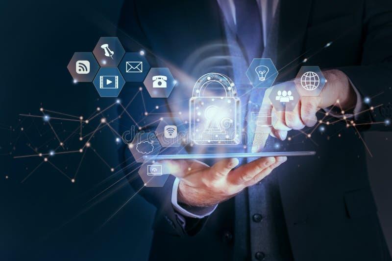 De bedrijfsmens beveiligt de persoonlijke informatie van netwerkgegevens over tablet, het concept van de Gegevensbeschermingpriva royalty-vrije stock afbeelding
