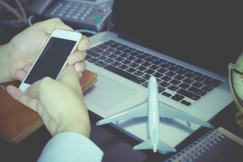 De bedrijfsmens gebruikt telefoon voor globale mededeling stock afbeeldingen