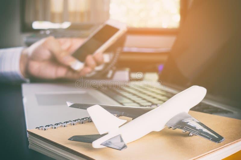 De bedrijfsmens maakt vraag naar globale mededeling stock afbeelding