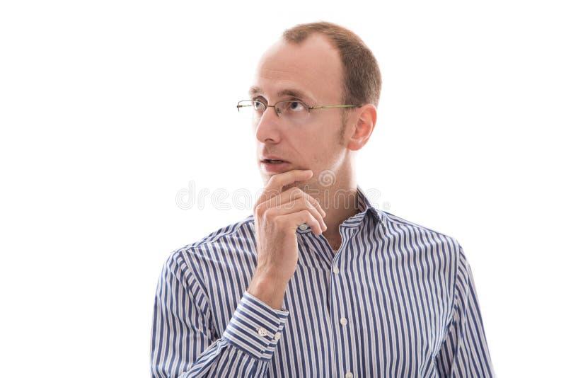 De bedrijfsmens met klassen en een blauw overhemd denkt over som royalty-vrije stock afbeelding
