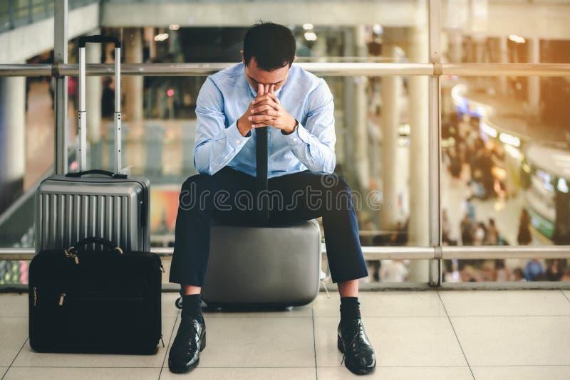 De bedrijfsmens ontbrak aan hopeloos, verward, droevig en ontmoedigt het voelen die in het leven Concept zijn er fouten in reis e stock foto