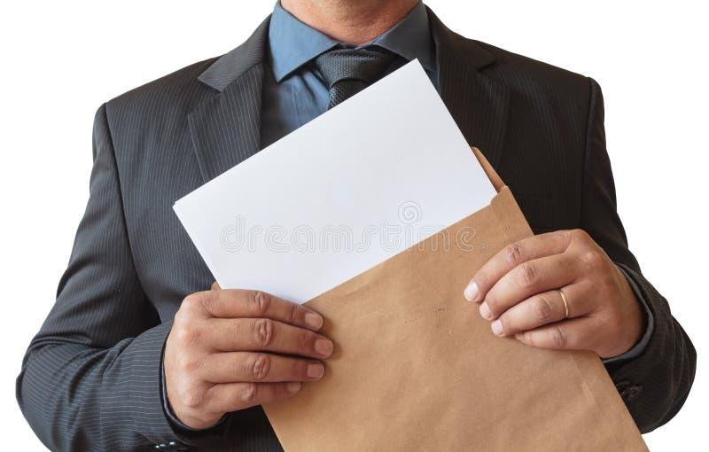 De bedrijfsmens opent envelop met leeg blad, op witte achtergrond stock afbeelding