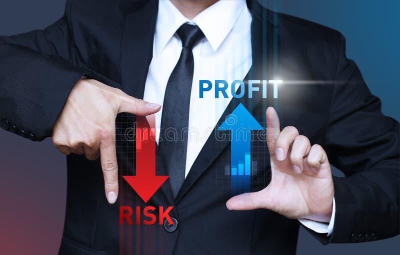 De bedrijfsmens toont verhogingswinst en vermindert risico van investmen royalty-vrije stock foto's