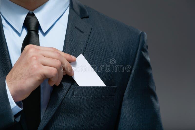 De bedrijfsmens trekt witte kaart van de zak terug royalty-vrije stock foto's