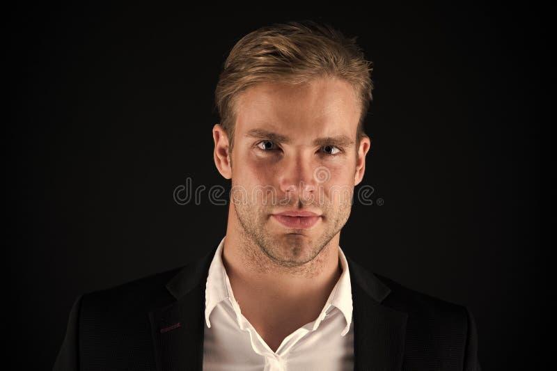 De bedrijfsmens verzorgde kerel goed donkere achtergrond Bedrijfsmensenkapsel Zakenmanhaar verzorgd gezicht Modieus en royalty-vrije stock foto's