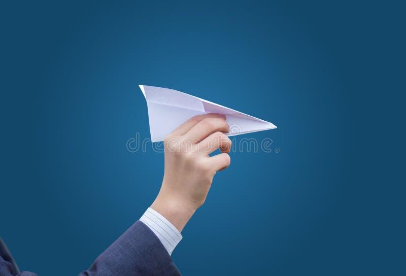 De bedrijfsmens werpt een document vliegtuig stock afbeeldingen