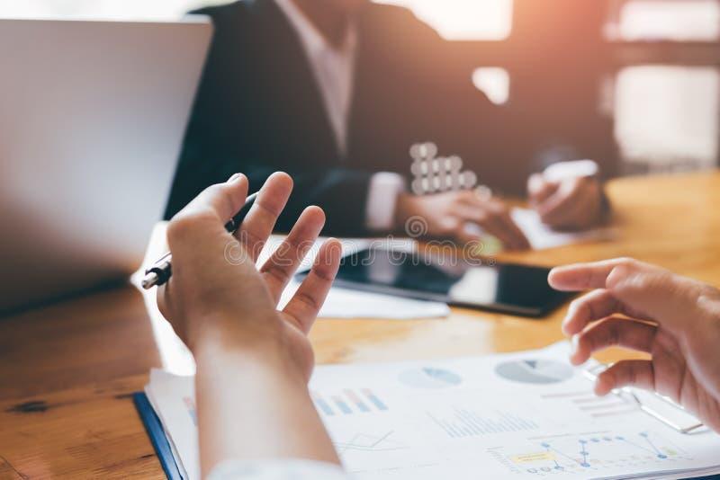 De bedrijfsmensen debatteren in de conferentieruimte en werken aan een oplossing aan bedrijfbegroting royalty-vrije stock afbeelding
