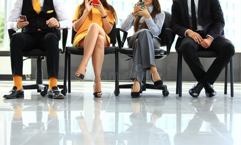 De bedrijfsmensen die op baan wachten interviewen stock afbeeldingen