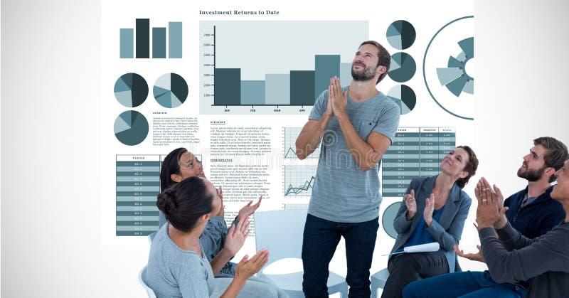 De bedrijfsmensen die terwijl het bekijken collega met handen clasped tegen grafieken toejuichen stock illustratie