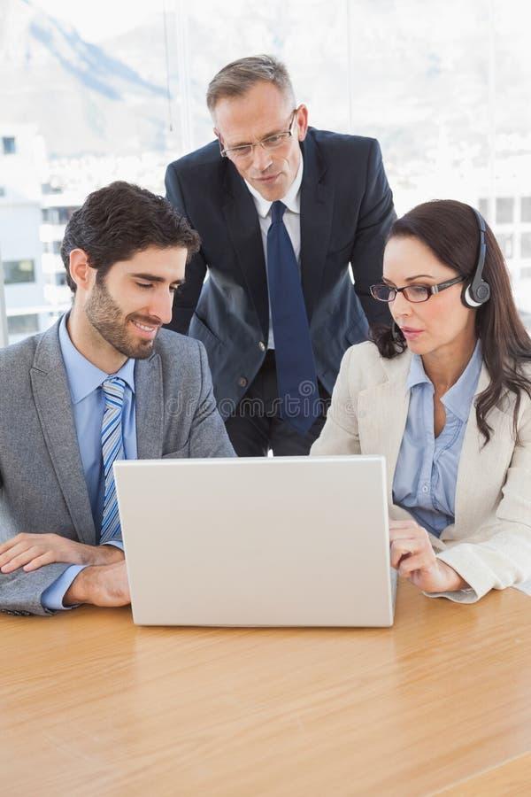 De bedrijfsmensen in een conferentie roepen royalty-vrije stock afbeeldingen