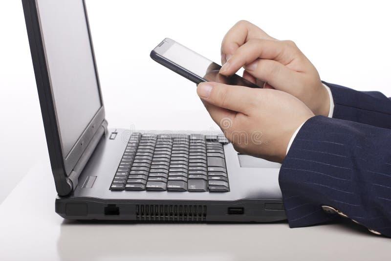 De bedrijfsmensen gebruiken mobiele telefoons stock fotografie