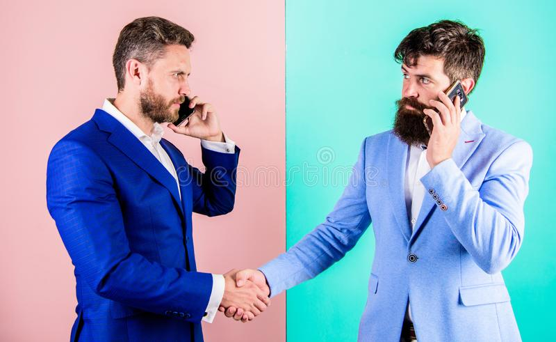 De bedrijfsmensen gebruiken de moderne technologieën van Internet voor mededeling Vraagpartner Bezig met gesprek royalty-vrije stock foto