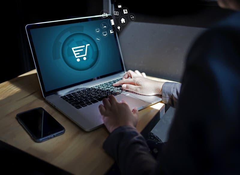 Download De Bedrijfsmensen Gebruiken Technologieelektronische Handel Internet Globale Marketi Stock Afbeelding - Afbeelding bestaande uit mededeling, financiën: 107707267