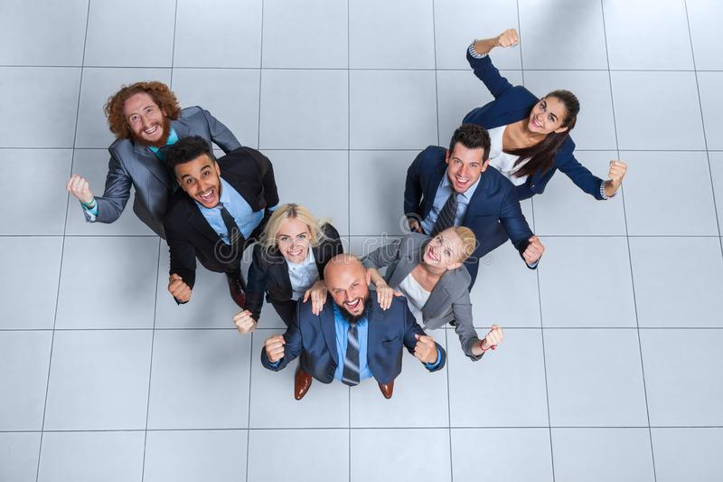 De bedrijfsmensen groeperen Gelukkige Glimlach die zich bij Moderne Bureau Hoogste Mening bevinden royalty-vrije stock foto
