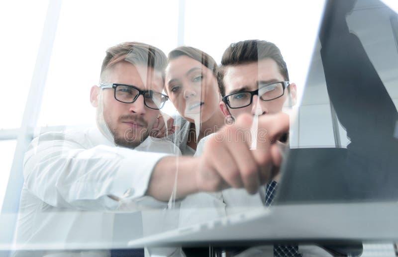 De bedrijfsmensen groeperen het werken als team om oplossing aan probleem te vinden stock afbeelding