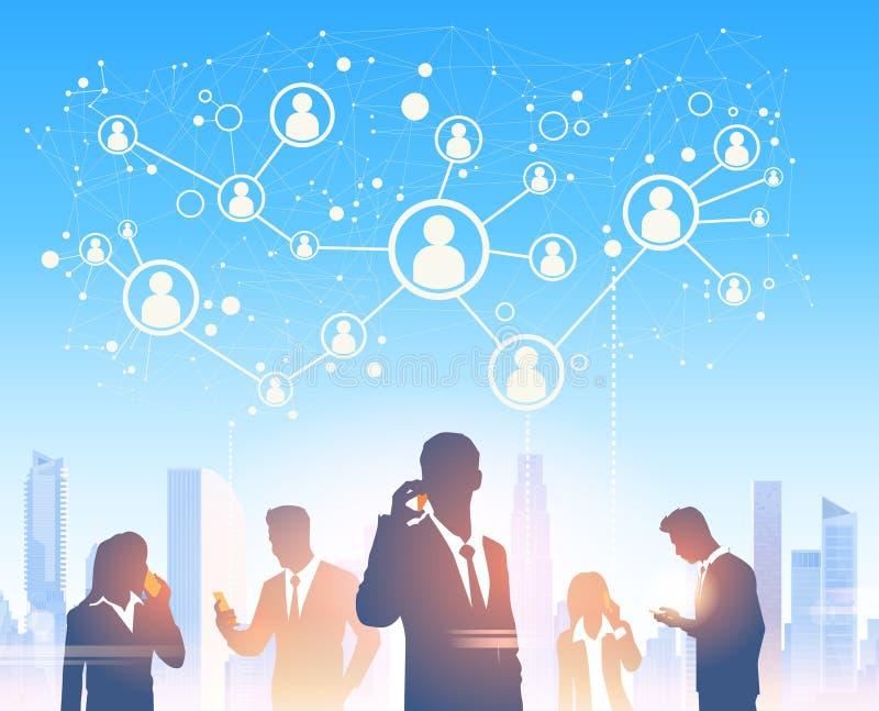 De bedrijfsmensen groeperen Silhouetten over Modern het Bureau Sociaal Netwerk van het Stadslandschap royalty-vrije illustratie