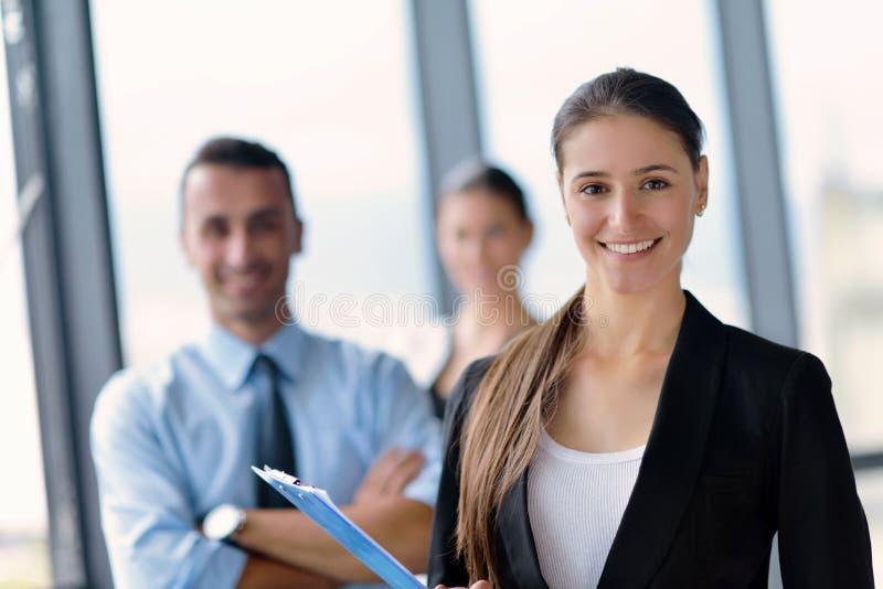 De bedrijfsmensen groeperen zich in een vergadering op kantoor stock foto's