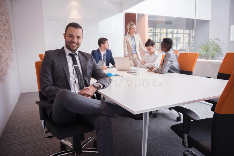 De bedrijfsmensen groeperen zich op kantoor stock foto