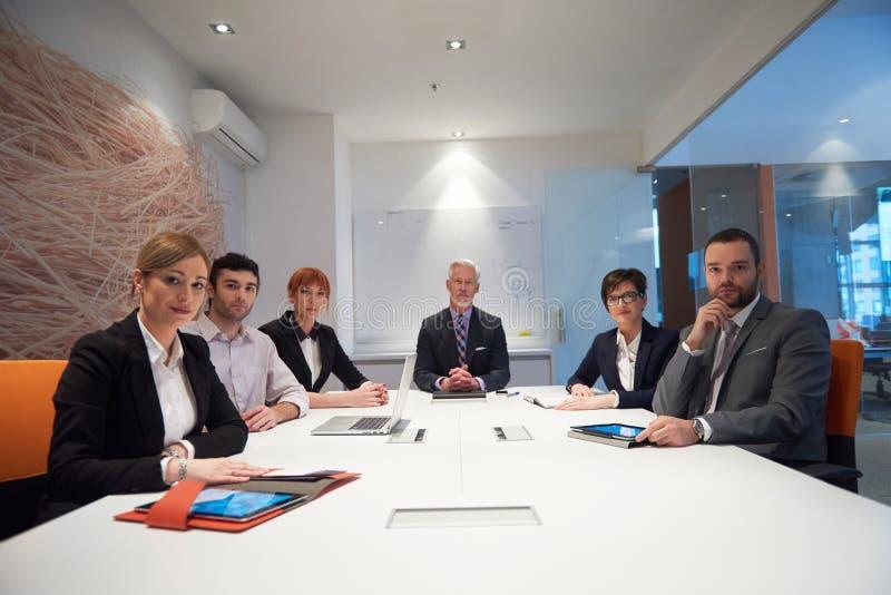 De bedrijfsmensen groeperen zich op vergadering royalty-vrije stock afbeeldingen