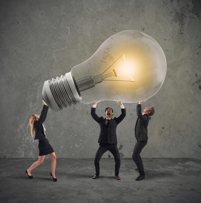 De bedrijfsmensen houden een gloeilamp concept nieuw idee en bedrijfopstarten royalty-vrije stock afbeeldingen