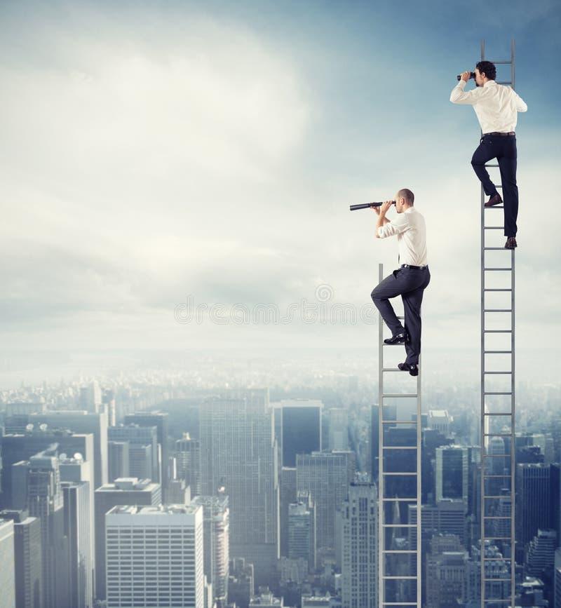 De bedrijfsmensen kijken ver voor nieuwe zaken Concept nieuwe kansen stock afbeelding