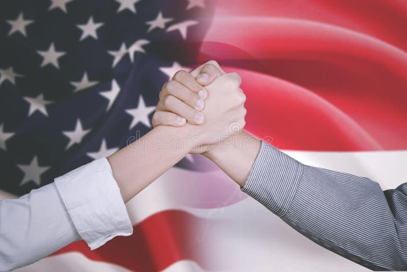 De bedrijfsmensen met Amerika en Indonesië markeren royalty-vrije stock foto's