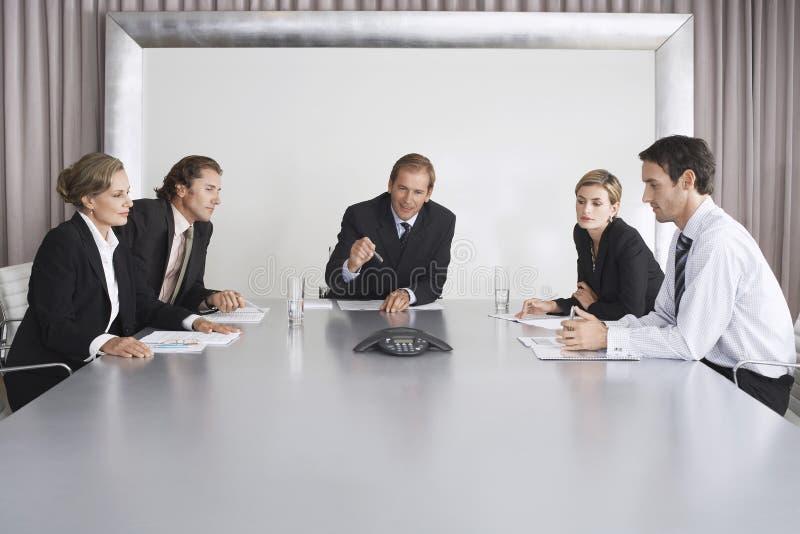 De bedrijfsmensen op Conferentie roepen royalty-vrije stock afbeelding