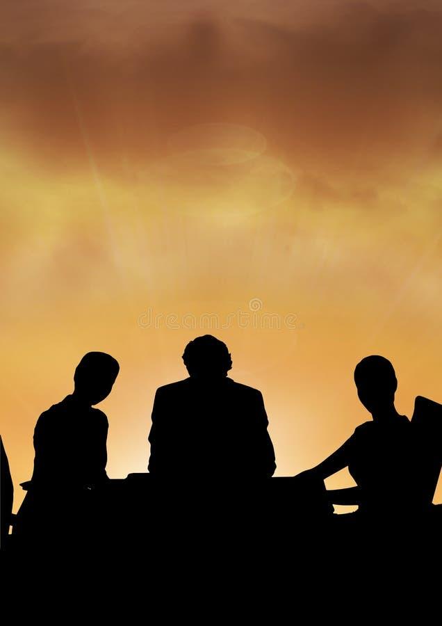 De bedrijfsmensen op een vergadering silhouetteren tegen zonsondergang of zonsopgang stock afbeeldingen