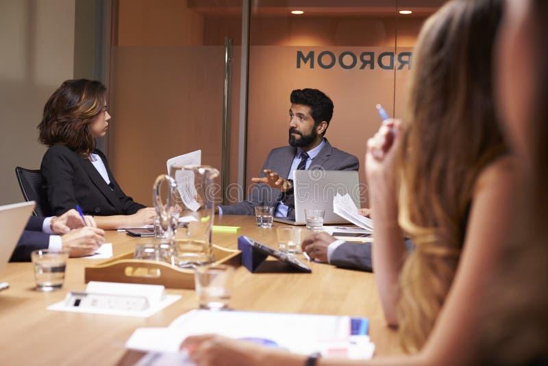 De bedrijfsmensen op een vergadering, sluiten omhoog, selectieve nadruk royalty-vrije stock afbeeldingen