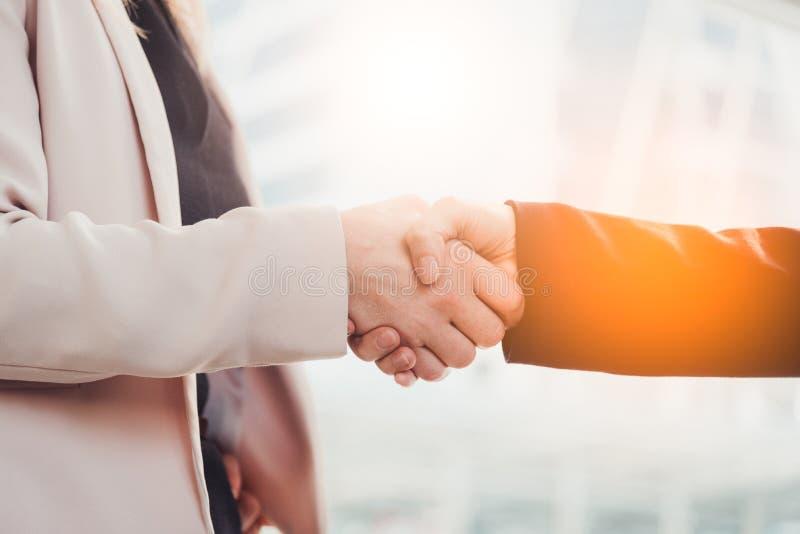 De bedrijfsmensen overhandigen schok voor het behandelen van nieuw project Zaken en mensenconcept Contactovereenkomst en sollicit royalty-vrije stock foto